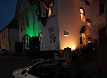 Die Villa bei Nacht